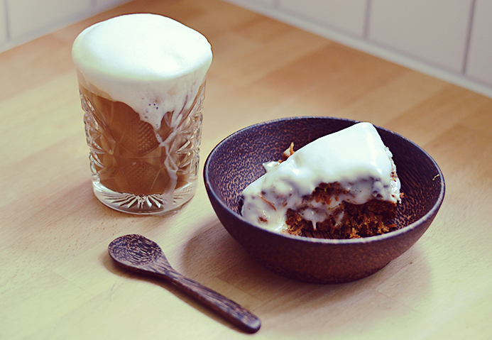 Almond latte & vegan carrot cake // www.bananabloom.com #vegan #carrotcake