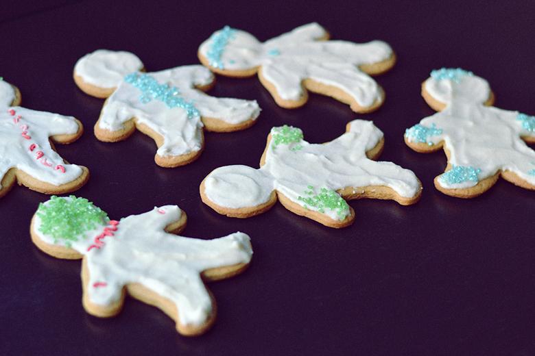 Vegan Gingerbread Frosted Sugar Cookies // http://BananaBloom.com #vegan #sugarcookies #baking #plantbased #frosting