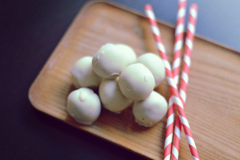 Vegan White Chocolate Gingerbread Truffles // http://BananaBloom.com #vegan #whitechocolate #baking #gingerbread #truffles