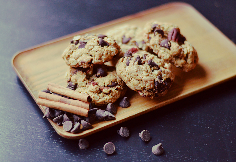 Vegan Chocolate Chip Oatmeal Cookies // bananabloom.com #vegan #recipe #chocolatechip #cookies