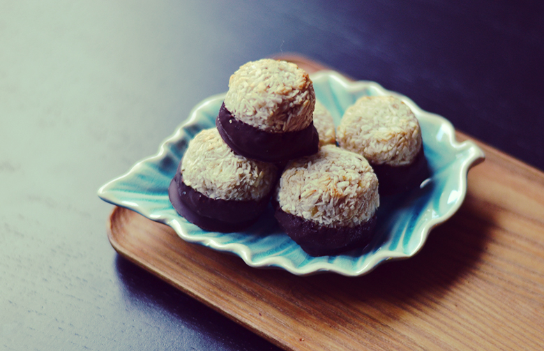 Vegan Coconut Macaroons // bananabloom.com #vegan #recipe #coconut