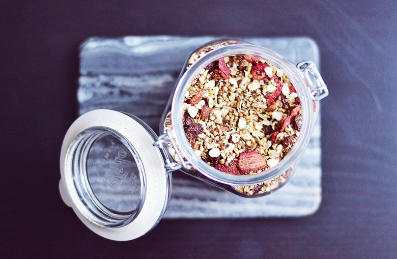 Oat, Raisin & Strawberry Breakfast Blend (Vegan) // http://BananaBloom.com #vegan #granola #healthy #breakfastblend