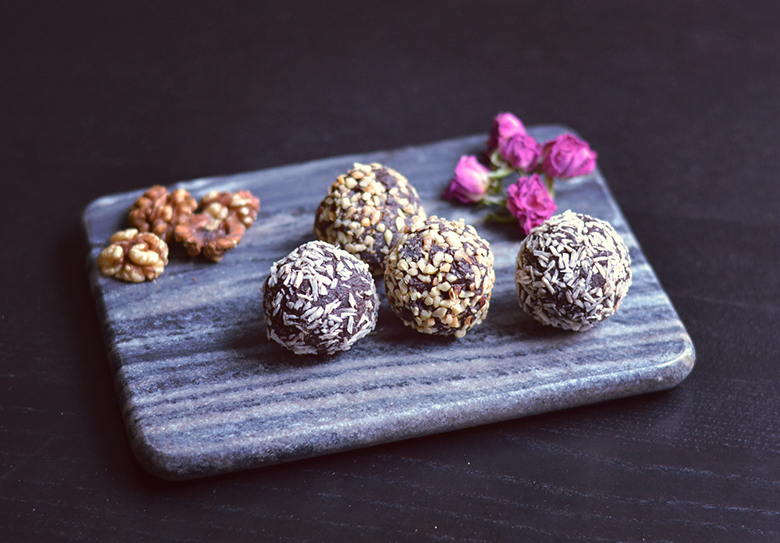 Brownie Peanut Butter Chocolate Chip Bliss Balls // http://BananaBloom.com #vegan #blissballs #rawfood #healthy #brownie #peanutbutter #chocolatechip #candy