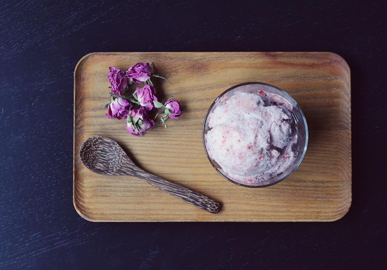 Strawberry Swirl AquaFaba Vegan Ice Cream // http://BananBloom.com #vegan #aquafaba #icecream #strawberryicecream #veganicecream #chickpeameringue