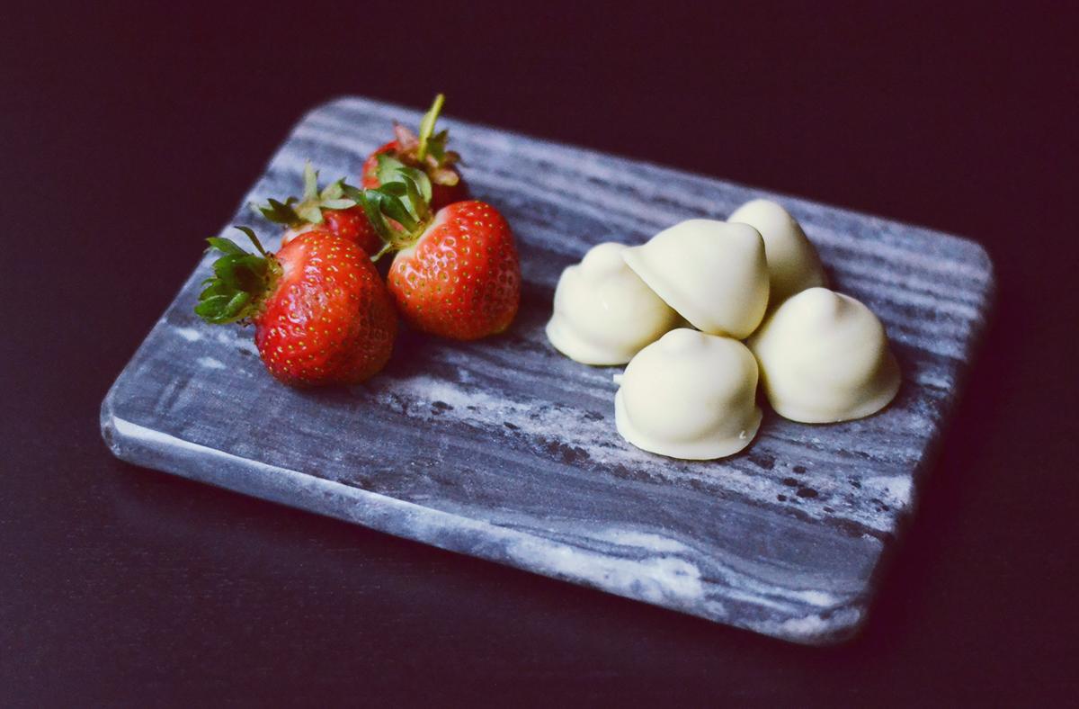 Strawberry Cheesecake Truffles // http://BananaBloom.com #truffles #baking #recipe #candy #strawberry #whitechocolate #strawberrycheesecake