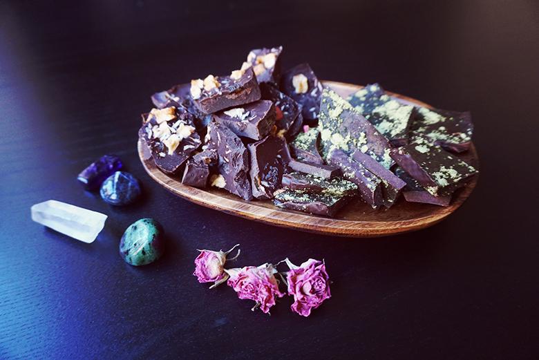 Raw Chocolate Matcha Green Tea and Dried Fruits // http://BananaBloom.com #vegan #rawfood #chocolate #sweets #baking #plantbased