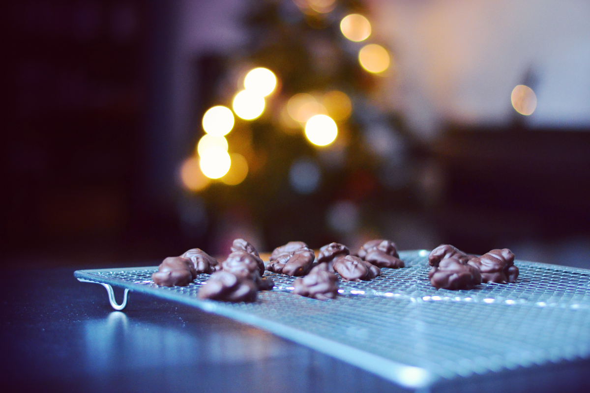 Chocolate Dipped Cinnamon Pecans | http://BananaBloom.com #vegan #chocolate #pecans
