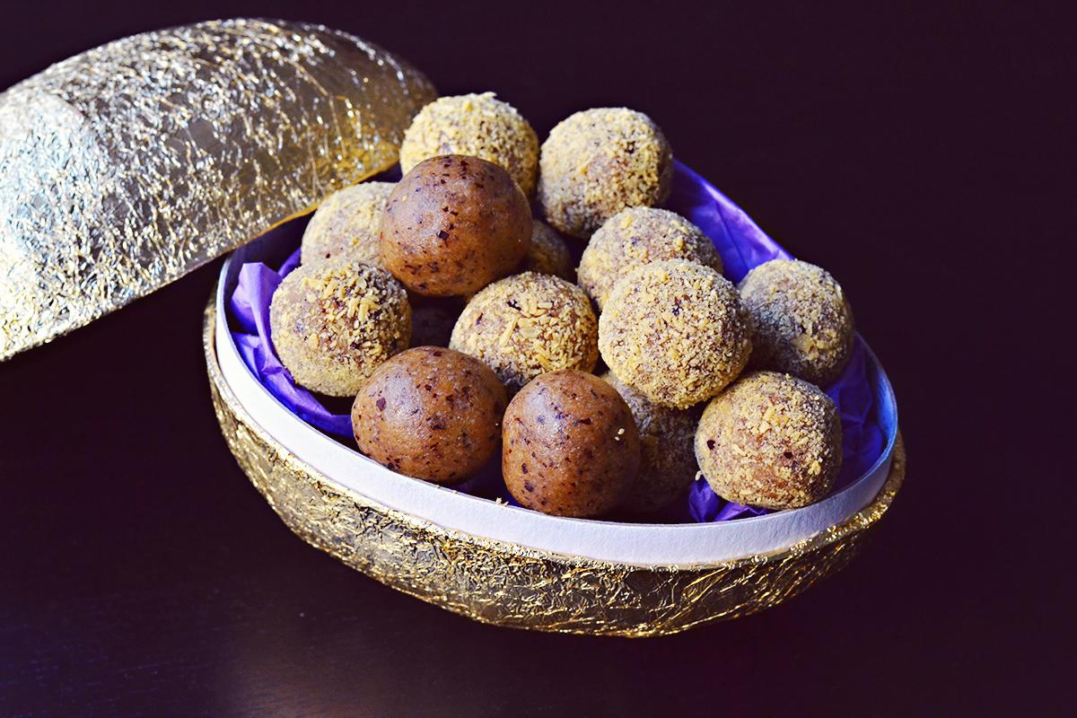 Healthy Easter - Tropical Raw Bliss Balls |http://BananaBloom.com #blissballs #vegan