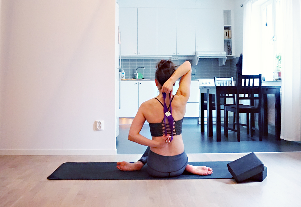 How to Use a Yoga Strap | http://BananaBloom.com #yoga #yogaeverydamnday #yogastrap