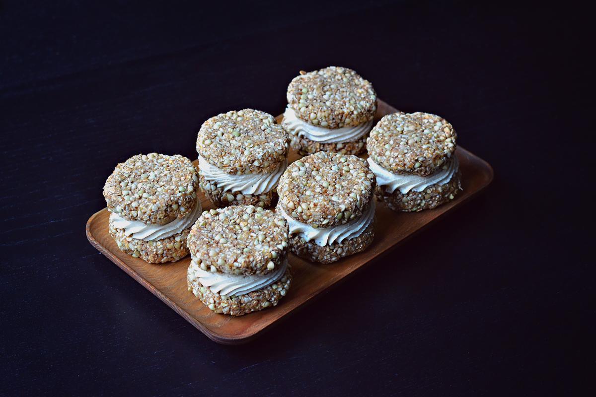 Raw Vegan Oatmeal Creme Pies | http://BananaBloom.com #rawfood #rawbaking #oatmealcremepies